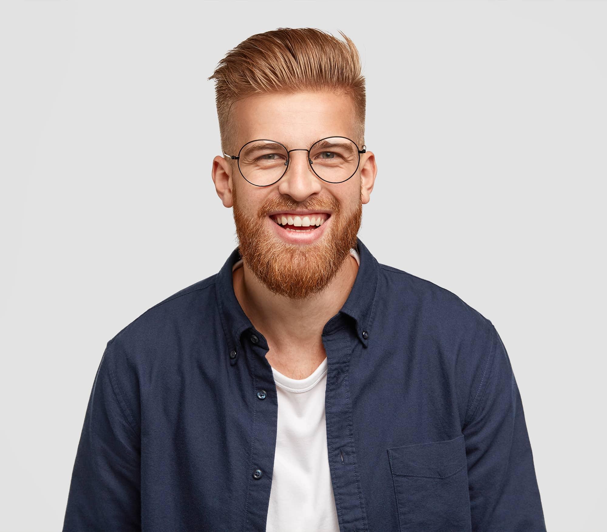 Glad ung mand som er en tilfreds kunde som har fået en billig wordpress hjemmeside